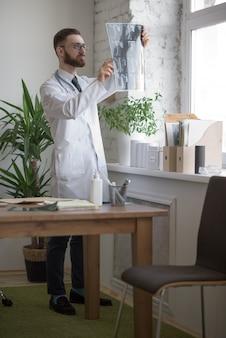 Doktor, der mit ct-scan arbeitet