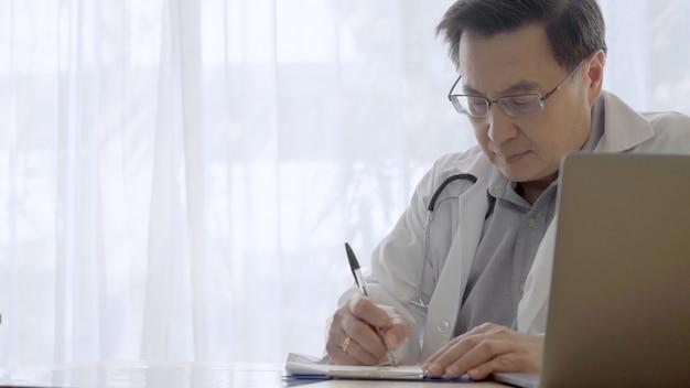 Doktor, der mit geduldigen gesundheitsdaten im krankenhausbüro arbeitet.
