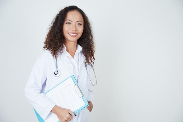 Doktor, der mit gesundheitskarte steht