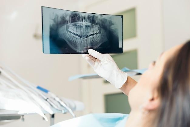 Doktor, der mit ihrem patienten spricht und ein röntgenbild unterrichtet. medizinisches konzept.