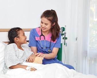 Doktor, der mit kleinem Mädchen der Liebe im Krankenhaus sich interessiert
