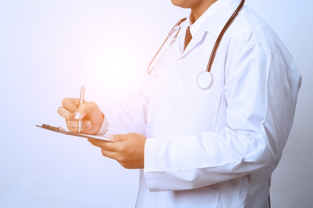 Doktor, der mit klemmbrett arbeitet