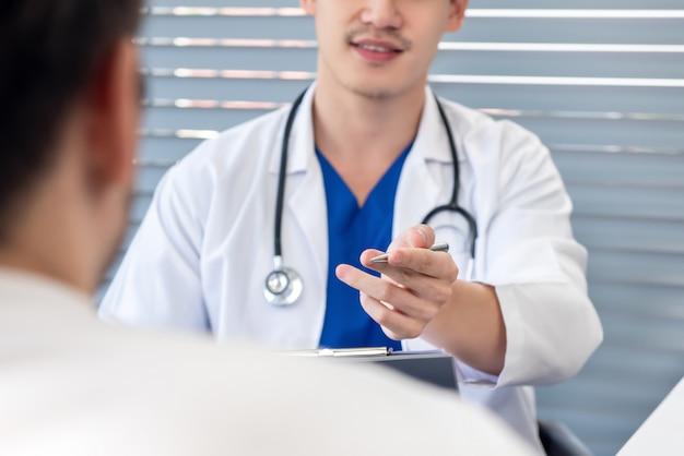 Doktor, der mit patienten in der klinik spricht