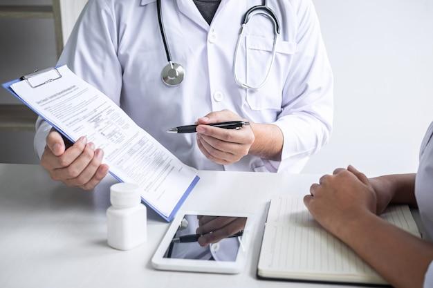 Doktor, der mit patienten sich berät und krankheitszustand beim darstellen des ergebnisdiagnosesymptoms überprüft, das über das problem der krankheit überprüft und behandlungsmethode, gesundheitswesen und medizinisch empfiehlt