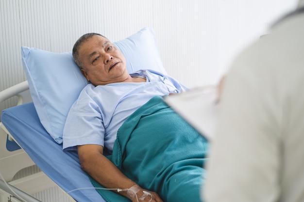 Doktor, der mit patienten über medizinische behandlung nach chirurgie spricht.