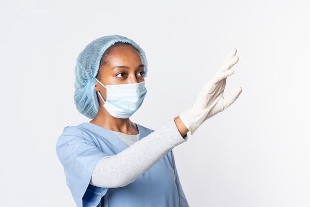 Doktor, der moderne medizintechnik der virtuellen bildschirmschnittstelle berührt
