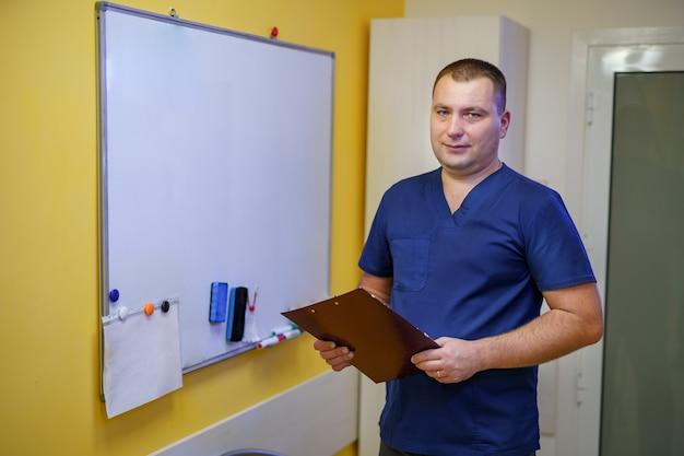 Doktor, der ordner in den händen hält. stehen in der nähe von bord. seminar für ärzte. methoden zur behandlung von patienten.