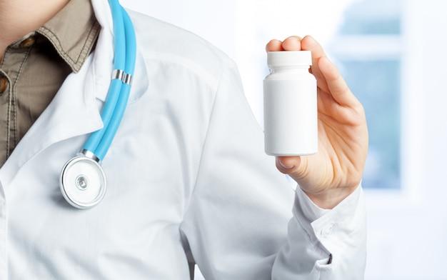 Doktor, der pillen hält