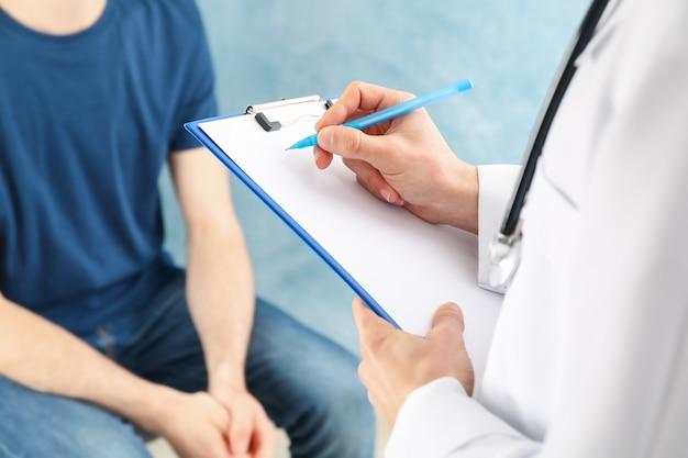 Doktor, der rezept in leerer tablette schreibt. beratung über symptom