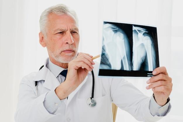 Doktor, der röntgenstrahl analysiert