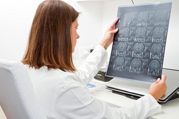 Doktor, der röntgenstrahl betrachtet