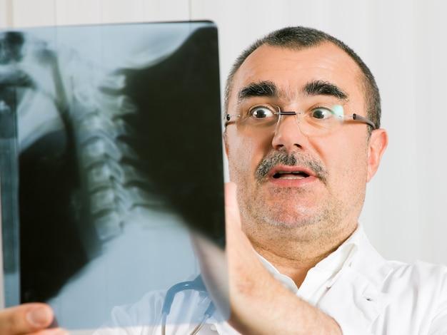 Doktor, der röntgenstrahl überprüft