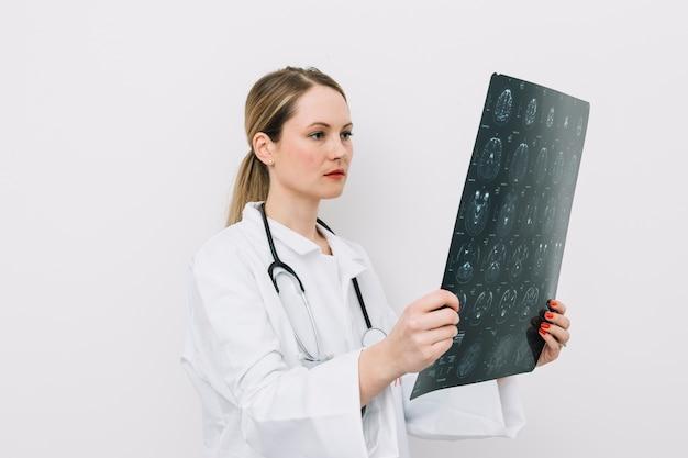 Doktor, der röntgenstrahlbild betrachtet