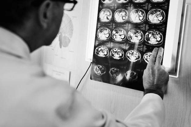 Doktor, der röntgenstrahlergebnisse überprüft