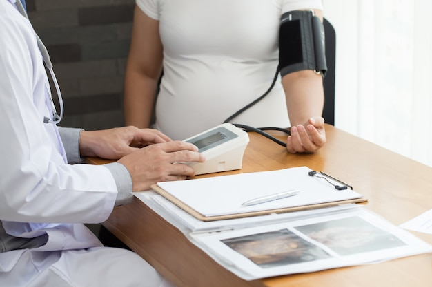 Doktor, der schwangere frau überprüft