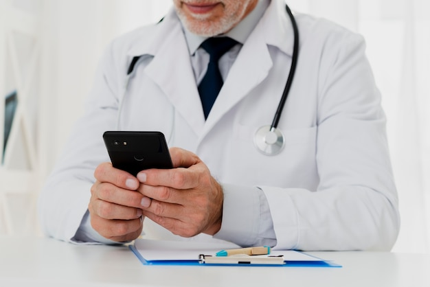 Doktor, der sein telefon verwendet