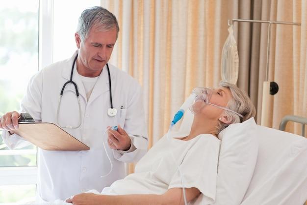 Doktor, der seinen patienten überprüft