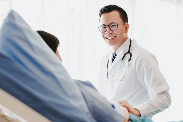 Doktor, der seiner patientin eine gründliche überprüfung gibt