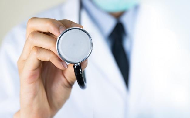 Doktor, der stethoskop im krankenhaus hält