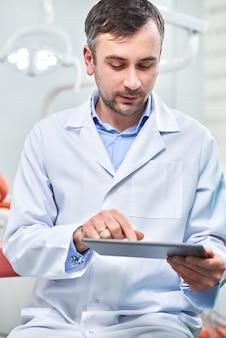 Doktor, der tablette hält