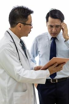 Doktor, der tablette verwendet