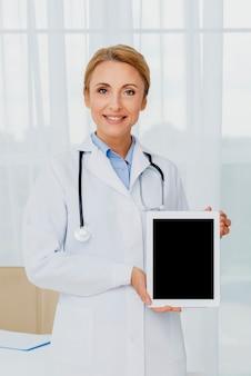Doktor, der tablettenmodell hält