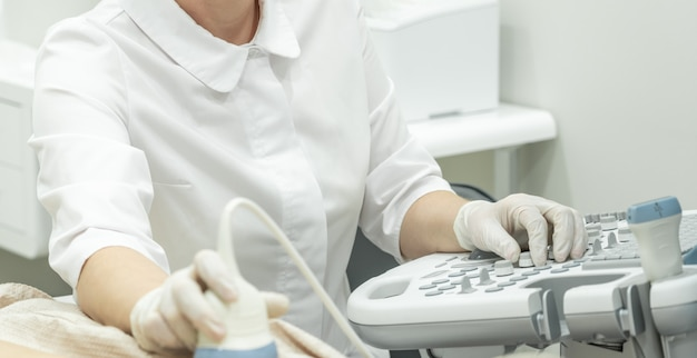 Doktor, der ultraschallscanner für geduldige diagnose funktioniert