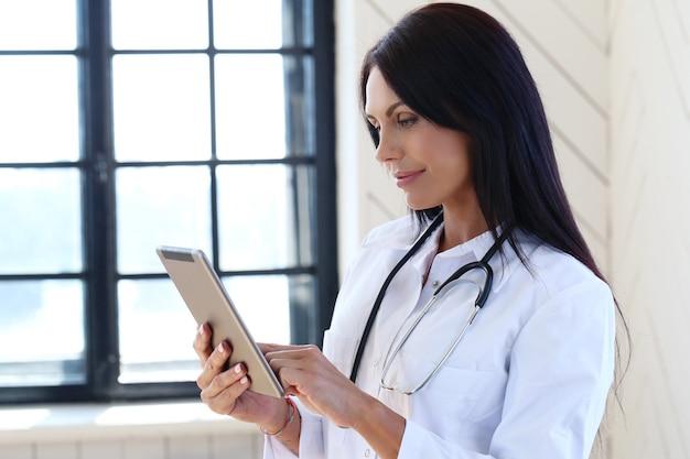 Doktor, der weiße robe und stethoskop trägt