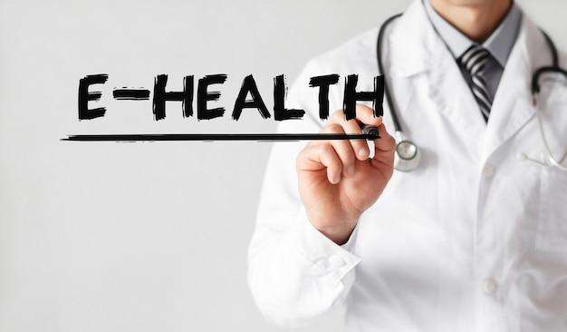 Doktor, der wort e-gesundheit mit marker schreibt, medizinisches konzept