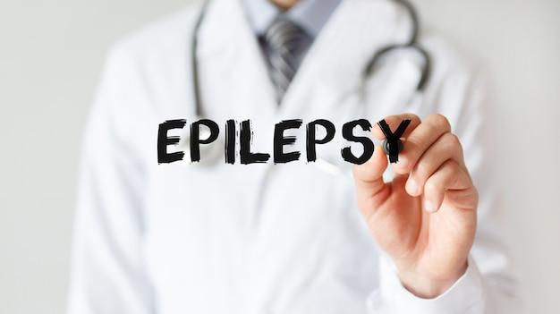 Doktor, der wort epilepsie mit marker schreibt, medizinisches konzept