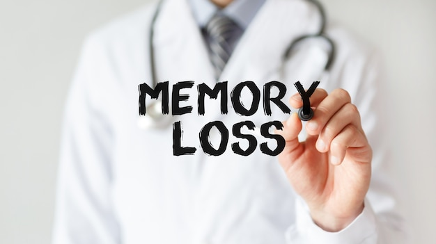 Doktor, der wortgedächtnisverlust mit marker, medizinisches konzept schreibt