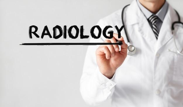Doktor, der wortradiologie mit marker, medizinisches konzept schreibt