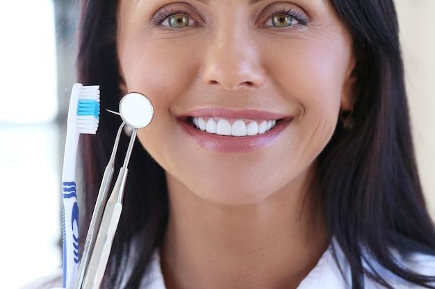 Doktor, der zahnarztwerkzeuge hält