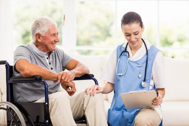 Doktor, der zu hause patientengesundheit überprüft