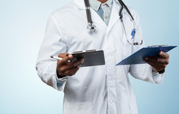 Doktor, der zwei faltblätter anhält