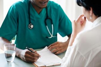 Doktor diagnostizieren geduldige Symptome am Krankenhaus