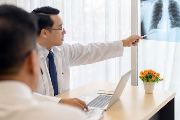 Doktor erklären dem patienten röntgenstrahlergebnis
