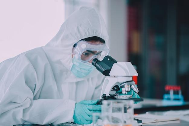 Doktor forschung impfstoff corona-virus, doktor analyse mikroskop in laborkrankenhaus