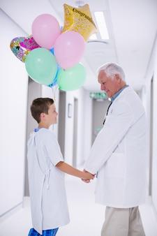 Doktor geht mit patient