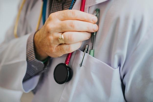 Doktor greift nach seinem stift