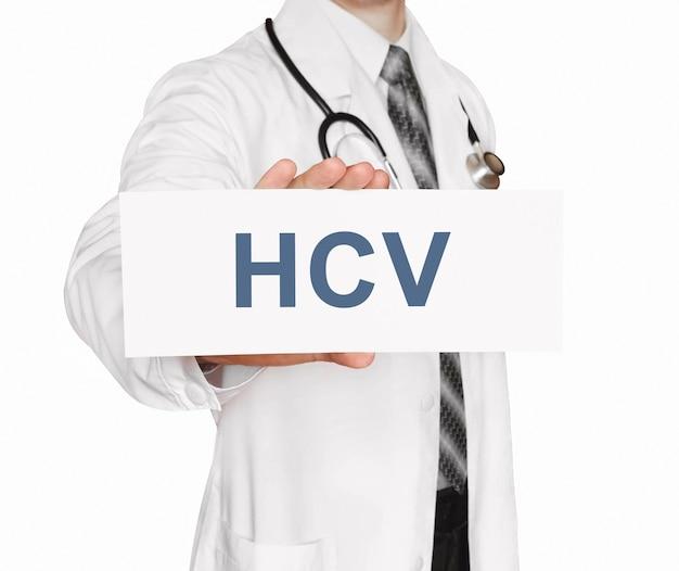 Doktor hält eine karte mit hcv, medizinisches konzept