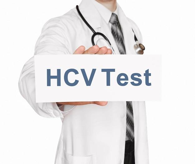 Doktor hält eine karte mit hcv-test, medizinisches konzept