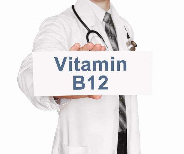 Doktor hält eine karte mit vitamin b12, medizinisches konzept