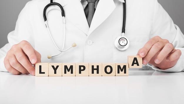 Doktor hält holzwürfel in seinen händen mit text lymphom