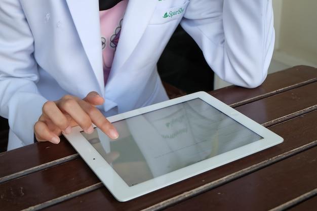 Doktor hält tablette, e-health konzept, business-konzept