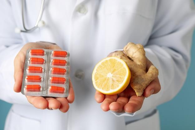 Doktor halten pillen, zitrone und ingwer, vorderansicht