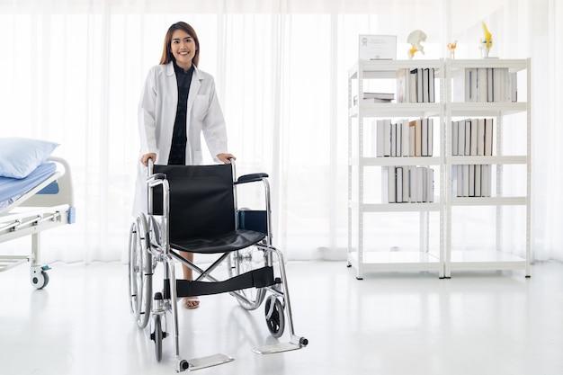 Doktor halten rollstuhl