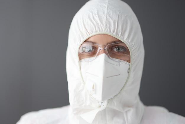 Doktor im schutzanzug gegen die pest, brille und atemschutzporträt