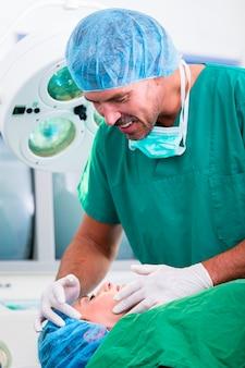Doktor in betrieb im operationssaal