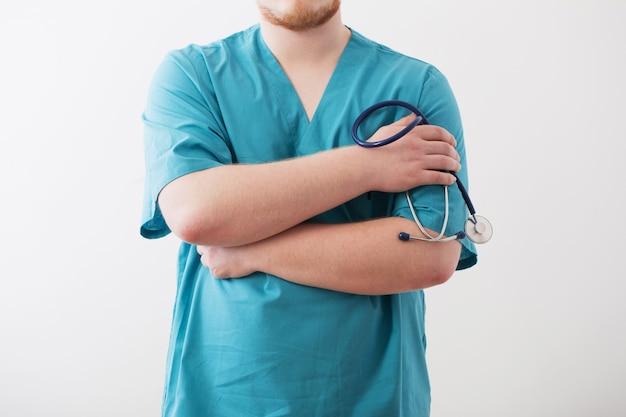 Doktor in blauer uniform mit stethoskop